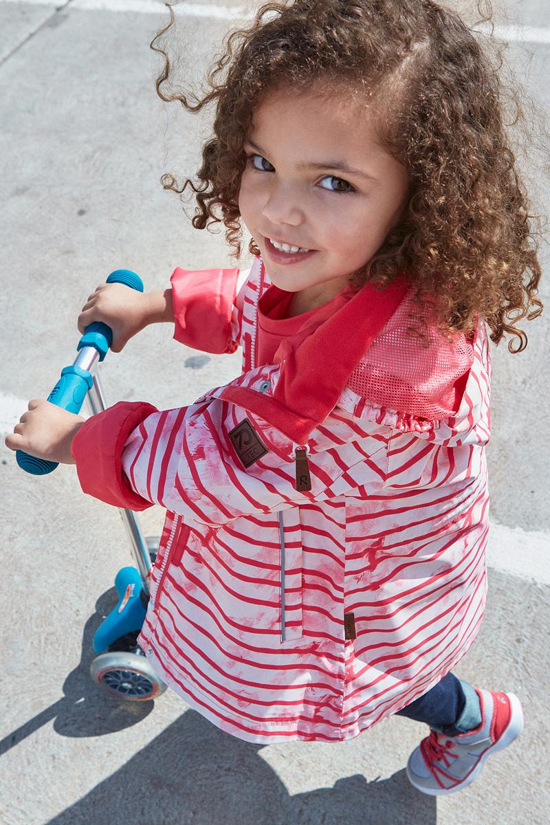 Куртка5214863366Удлиненная демисезонная куртка для девочек эффективно защищает от ветра. Дышащий материал также является водо- и грязеотталкивающим, а основные швы этой непромокаемой куртки проклеены. Дышащая подкладка из mesh-сетки. Съемный капюшон защищает от пронизывающего ветра и безопасен во время игр на свежем воздухе. С помощью внутреннего пояска эту удлиненную модель для девочек можно сделать более приталенной. Имеются два прорезных кармана и светоотражающие детали.