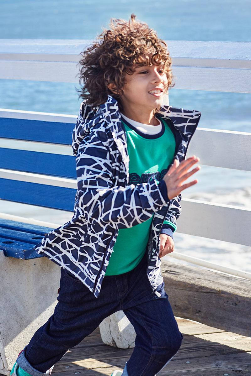 Куртка5312730Эту очень легкую куртку можно хранить в ее собственном кармане! Но это совершенно не сказалось на качестве: дышащий материал не пропускает ветер и дождь, а все самые важные швы заклеены, водонепроницаемы. Простая в уходе куртка практически не мнется и снабжена съемным капюшоном. Капюшон безопасен во время игр на улице, он легко отстегнется, если за что-нибудь зацепится. Регулируемый подол и талия, карманы с клапанами завершают образ.