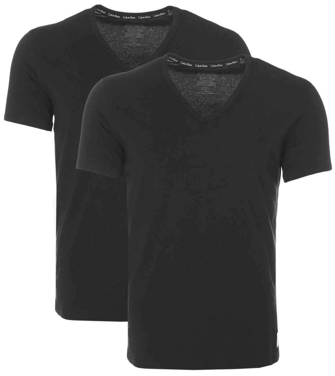 Футболка для домаNU8698AМужская футболка Calvin Klein Underwear изготовлена из натурального хлопка с добавлением эластана. Модель выполнена V-образной горловиной и короткими рукавами. Футболка дополнена квадратной нашивкой с названием бренда.