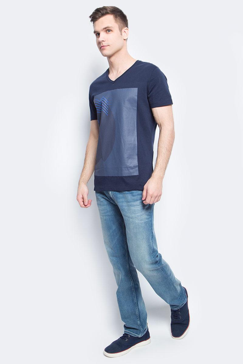 ФутболкаJ30J304609Мужская футболка Calvin Klein Jeans изготовлена из натурального хлопка. Модель выполнена V-образной горловиной и короткими рукавами. Футболка оформлена крупным оригинальным принтом.