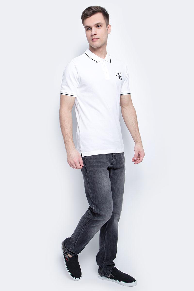 Поло с логотипомJ30J304671Мужское поло Calvin Klein Jeans изготовлено из хлопка с добавлением эластана. Классическая модель с короткими рукавами и отложным воротником застегивается спереди на три пуговицы. По бокам имеются небольшие разрезы. Воротник и манжеты рукавов дополнены полосами контрастного цвета.