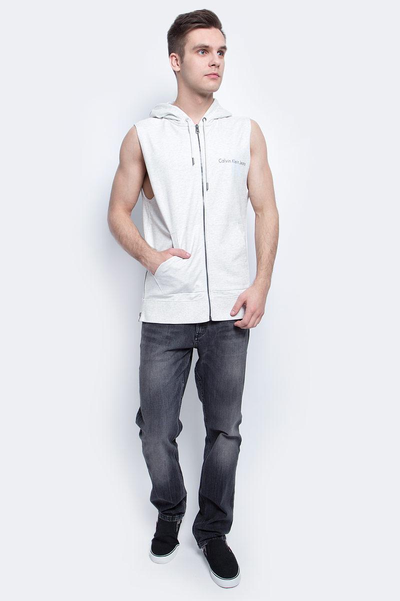 ЖилетJ30J304800Мужской спортивный жилет Calvin Klein Jeans изготовлен из высококачественного хлопка. Модель с капюшоном застегивается на молнию, капюшон затягивается на прочный шнурок. Спереди модель дополнена двумя накладными карманами. По бокам изделия имеются металлические молнии, низ дополнен широкой эластичной резинкой.