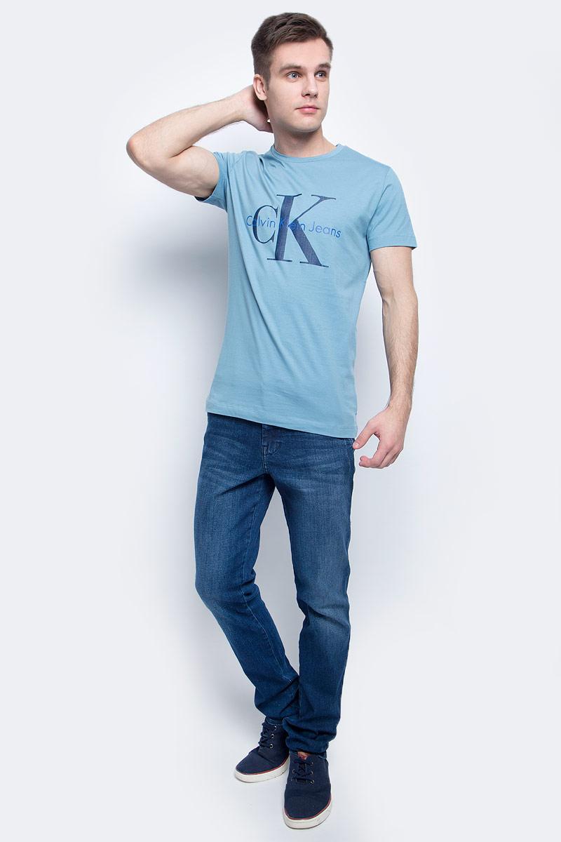 ФутболкаJ30J301237Мужская футболка Calvin Klein Jeans изготовлена из натурального хлопка. Модель с круглой горловиной и короткими рукавами. Футболка оформлена крупным принтом с названием и логотипом бренда.