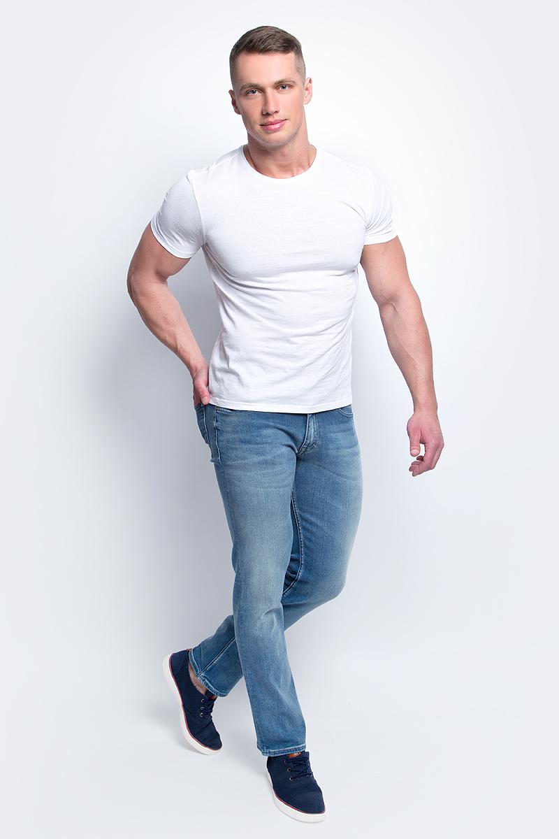 ДжинсыJ30J304708Мужские джинсы стрейч Calvin Klein Jeans выполнены из качественной смесовой ткани на основе хлопка. Джинсы слегка зауженного кроя и средней посадки застегиваются на пуговицу в поясе и ширинку на застежке-молнии. На поясе предусмотрены шлевки для ремня. Спереди модель дополнена двумя втачными карманами и одним маленьким накладным кармашком, а сзади - двумя накладными карманами. Джинсы оформлены эффектом потертости.