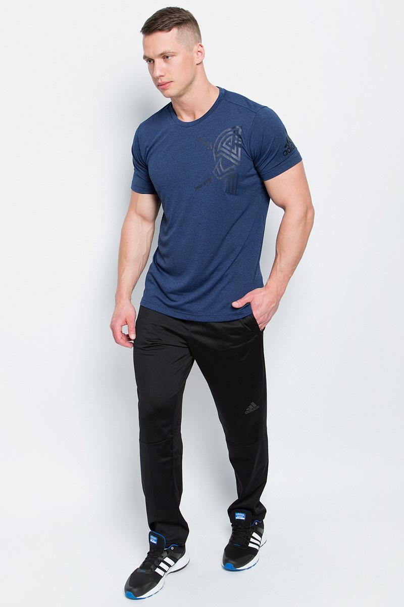 ФутболкаBK6085Мужская футболка Adidas Freelift Tric изготовлена из качественного полиэстера. Модель с круглой горловиной и короткими рукавами. Футболка спереди и на левом рукаве декорирована оригинальными термопринтами. Спинка слегка удлинена, имеются небольшие боковые разрезы.