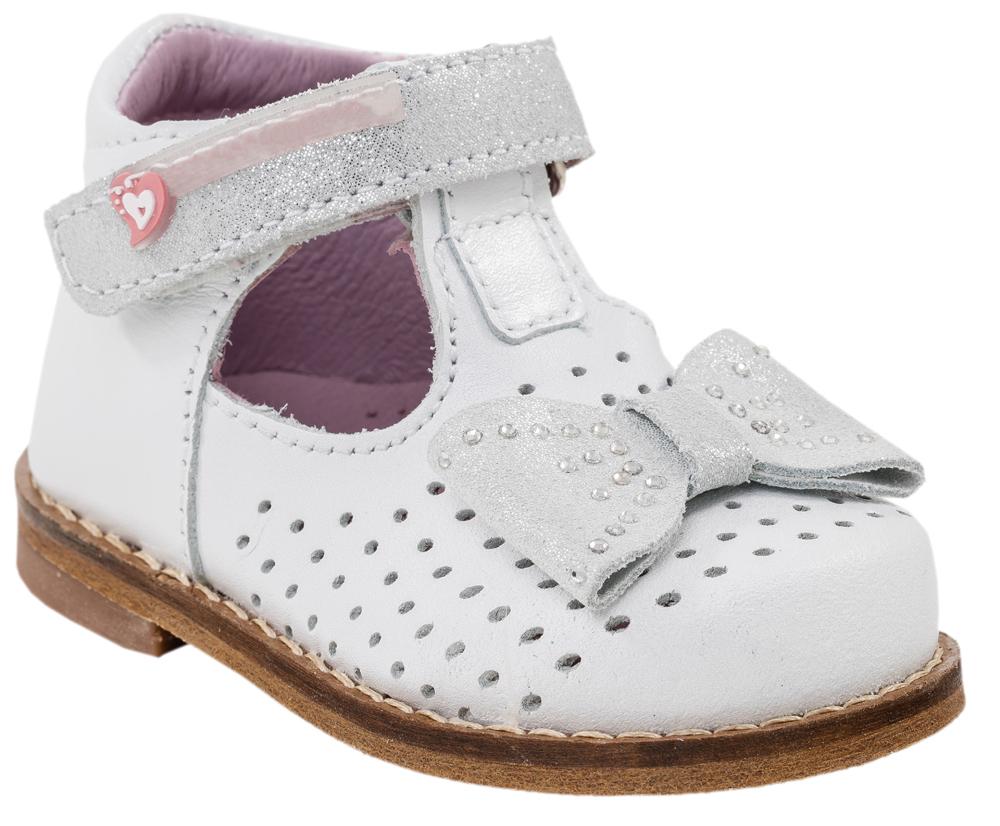 Туфли032082-21Модные туфли для девочки от Котофей выполнены из натуральной кожи. Мыс украшен бантиком со стразами и перфорацией. Ремешок с застежкой-липучкой надежно зафиксирует модель на ноге. Внутренняя поверхность и стелька из натуральной кожи обеспечат комфорт при движении. Кожаная подошва в зоне пучков дополнена противоскользящими вставками. Невысокий каблук дополнен рифлением.