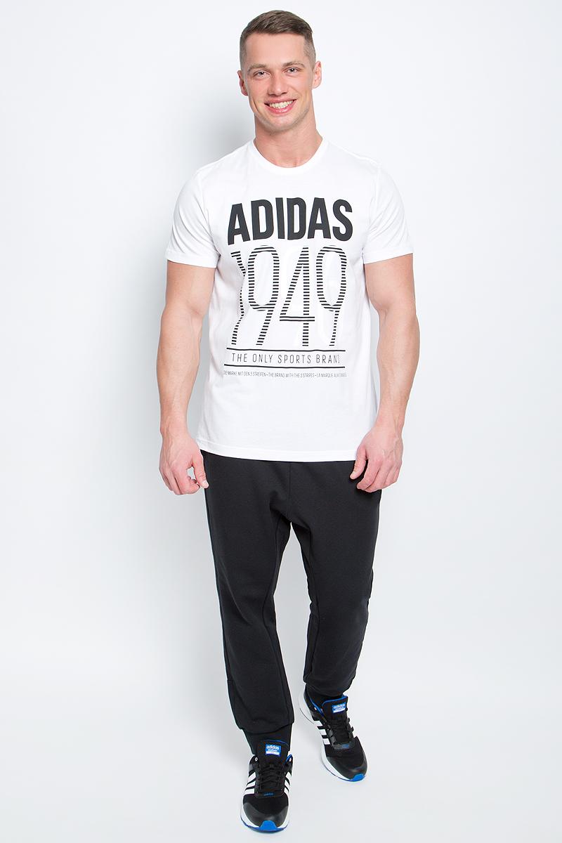 ФутболкаBK2788Мужская футболка adidas Adi 49 выполнена из натурального хлопка. Модель с короткими рукавами и круглым вырезом горловины оформлена буквенным принтом контрастного цвета.