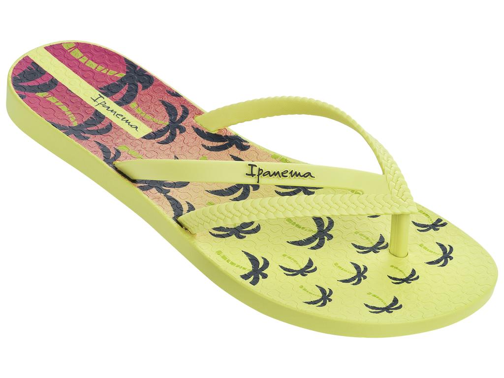 Сланцы25899-20791Стильные и очень легкие сланцы от Ipanema - придутся вам по душе. Верх модели выполнен из поливинилхлорида. Ремешки с перемычкой гарантируют надежную фиксацию изделия на ноге. Стелька украшена стильным рисунком. Верх изделия дополнен логотипом бренда. Рифление на верхней поверхности подошвы предотвращает выскальзывание ноги. Рельефное основание подошвы обеспечивает уверенное сцепление с любой поверхностью. Удобные сланцы прекрасно подойдут для похода в бассейн или на пляж.