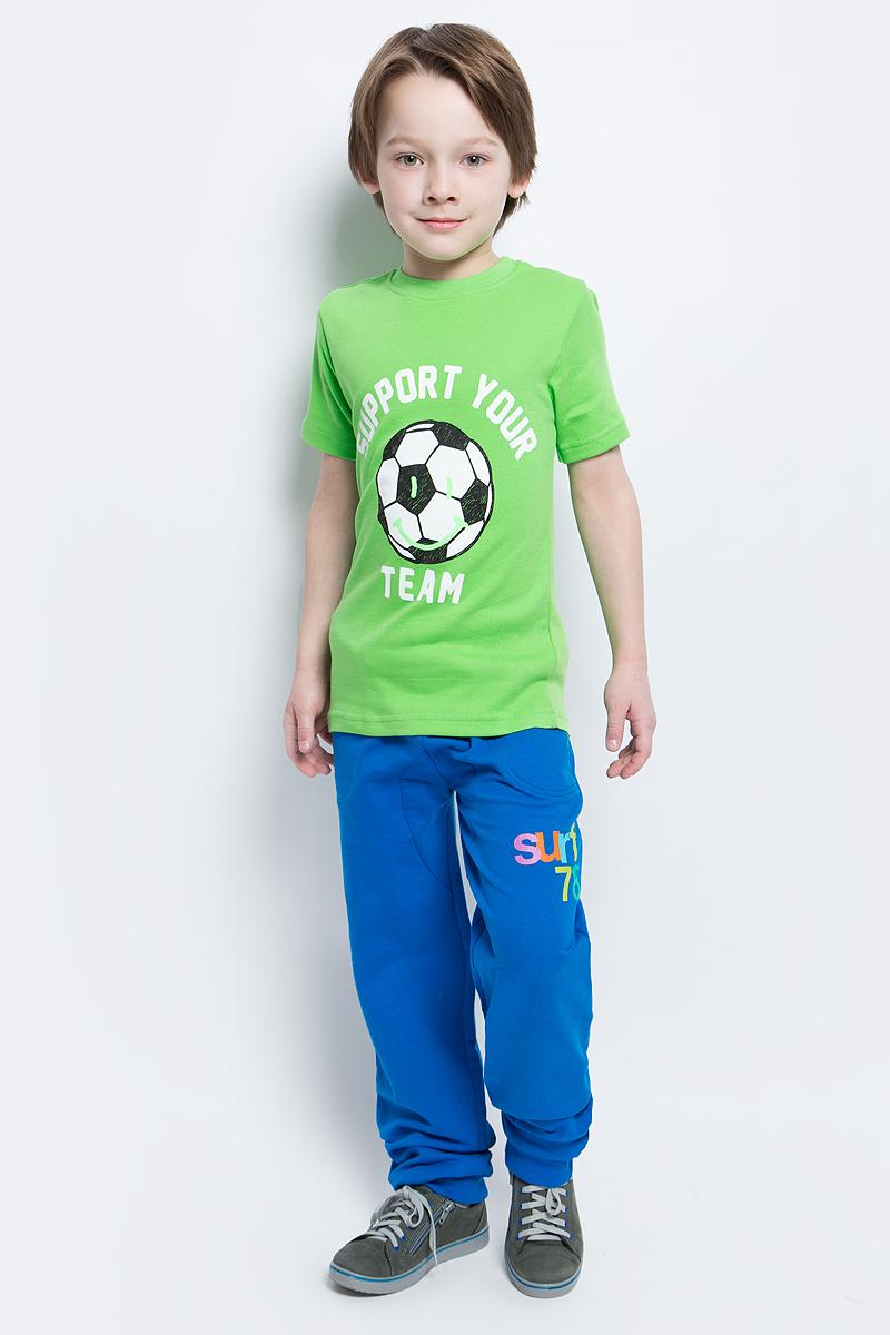 Футболка20017Футболка для мальчика выполнена из натурального хлопка. Модель с круглым вырезом горловины и короткими рукавами оформлена надписью и изображением футбольного мяча.