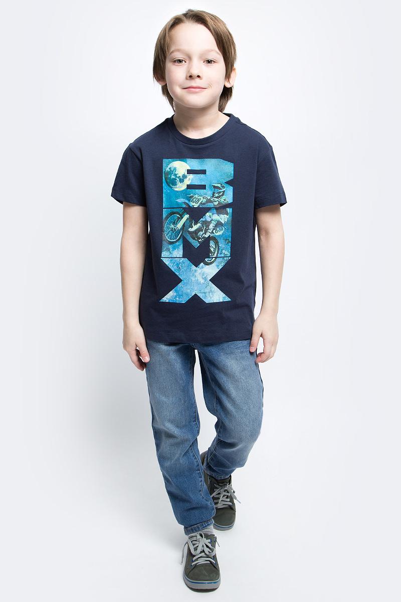 ФутболкаTs-811/1086-7122Стильная футболка для мальчика Sela изготовлена из натурального хлопка и оформлена оригинальным принтом. Воротник дополнен мягкой трикотажной резинкой. Яркий цвет модели позволяет создавать модные образы.
