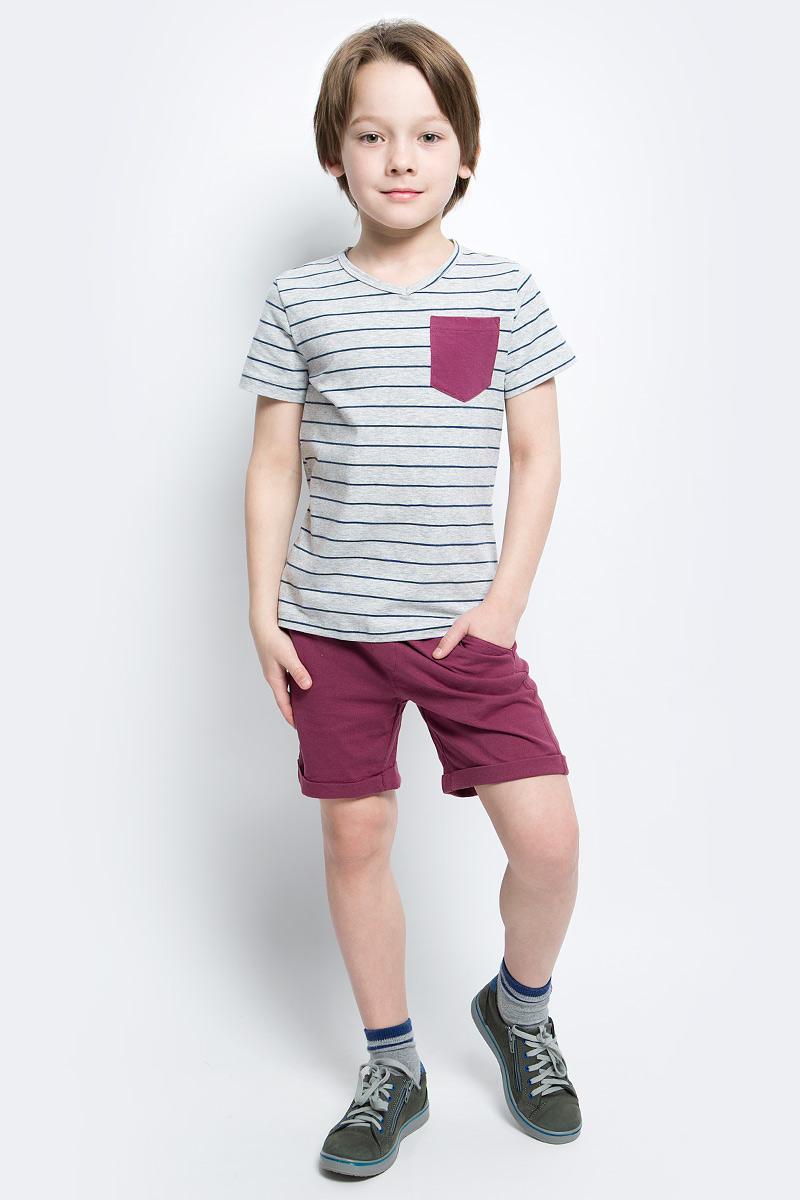 Футболка117BBBC12011905Футболка в полоску - не только базовая вещь в гардеробе ребенка, но и основа модного летнего образа. Если вы решили купить недорогую футболку для мальчика, выберете футболку от Button Blue с V-образной горловиной и контрастным карманом. Маленькая яркая деталь - изюминка модели, создающая настроение.