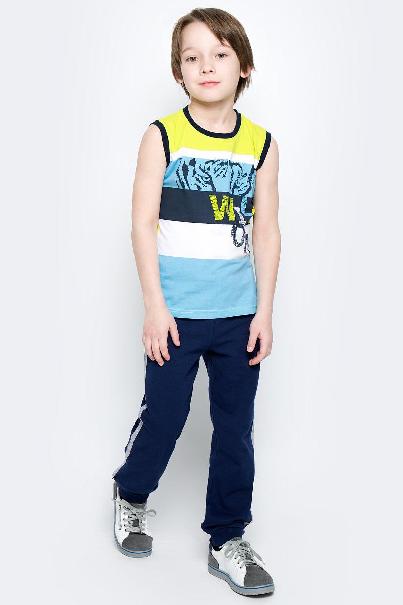 Брюки спортивные360003Уютные брюки в спортивном стиле для мальчика выполнены из футера и дополнены контрастными лампасами по бокам. Пояс на мягкой резинке дополнительно регулируется шнурком. Низ брючин оформлен широкой трикотажной резинкой.