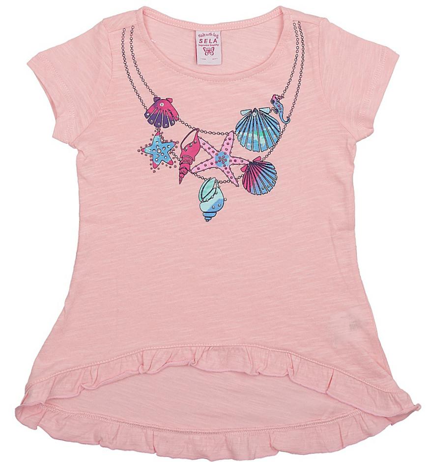 ФутболкаTs-511/404-7233Стильная футболка с удлиненной спинкой Sela станет отличным дополнением к гардеробу юной модницы. Модель расклешенного кроя изготовлена из натурального хлопка и оформлена оригинальным принтом и рюшами по низу.