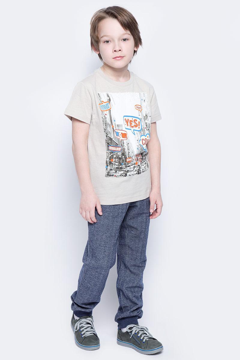Брюки спортивныеPk-815/307-7121Удобные спортивные брюки для мальчика Sela выполнены из качественного хлопкового материала и дополнены двумя втачными карманами спереди и двумя накладными - сзади. Брюки прямого кроя и стандартной посадки на талии имеют широкий пояс на мягкой резинке, дополнительно регулируемый шнурком. Низ брючин дополнен мягкими трикотажными резинками.