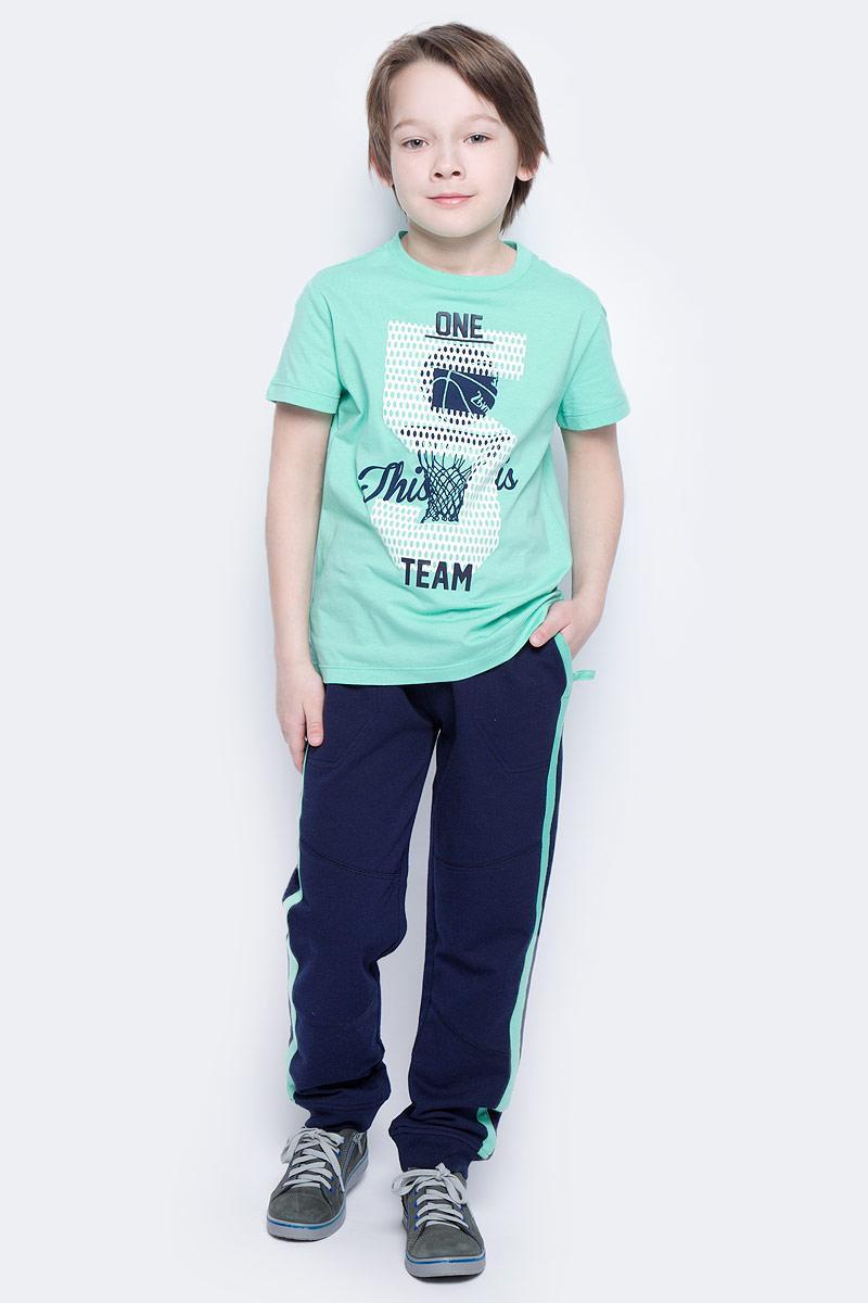 Брюки спортивныеPk-815/312-7122Удобные спортивные брюки для мальчика Sela выполнены из качественного хлопкового материала и оформлены контрастными лампасами по бокам. Брюки прямого кроя и стандартной посадки на талии имеют широкий пояс на мягкой резинке, дополнительно регулируемый шнурком. Изделие дополнено двумя втачными карманами спереди и прорезным карманом сзади. Низ брючин дополнен мягкими трикотажными резинками.