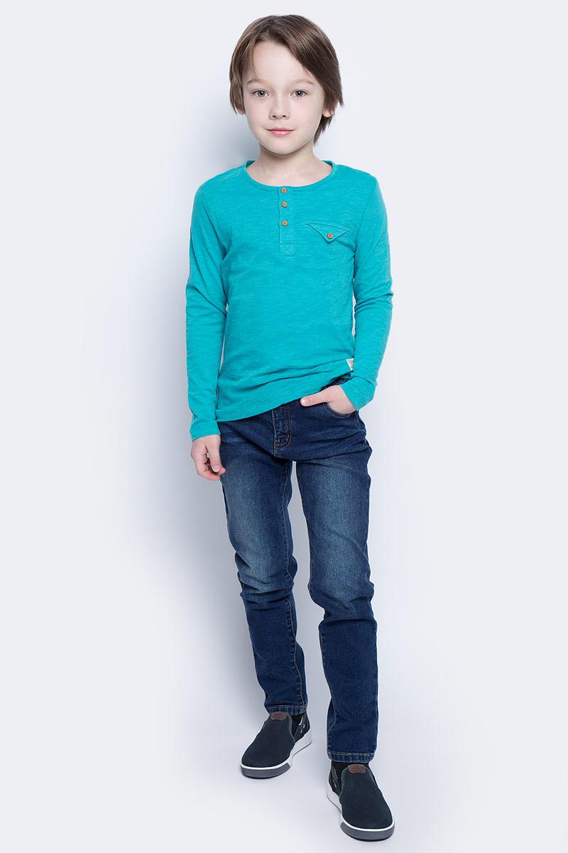 Джинсы117BBBC6304D200Классные джинсы с перманентными складками — гарантия модного современного образа. Хороший крой, удобная посадка на фигуре подарят мальчику комфорт и свободу движений. Если вы хотите купить ребенку недорогие модные зауженные джинсы, модель от Button Blue - прекрасный выбор!