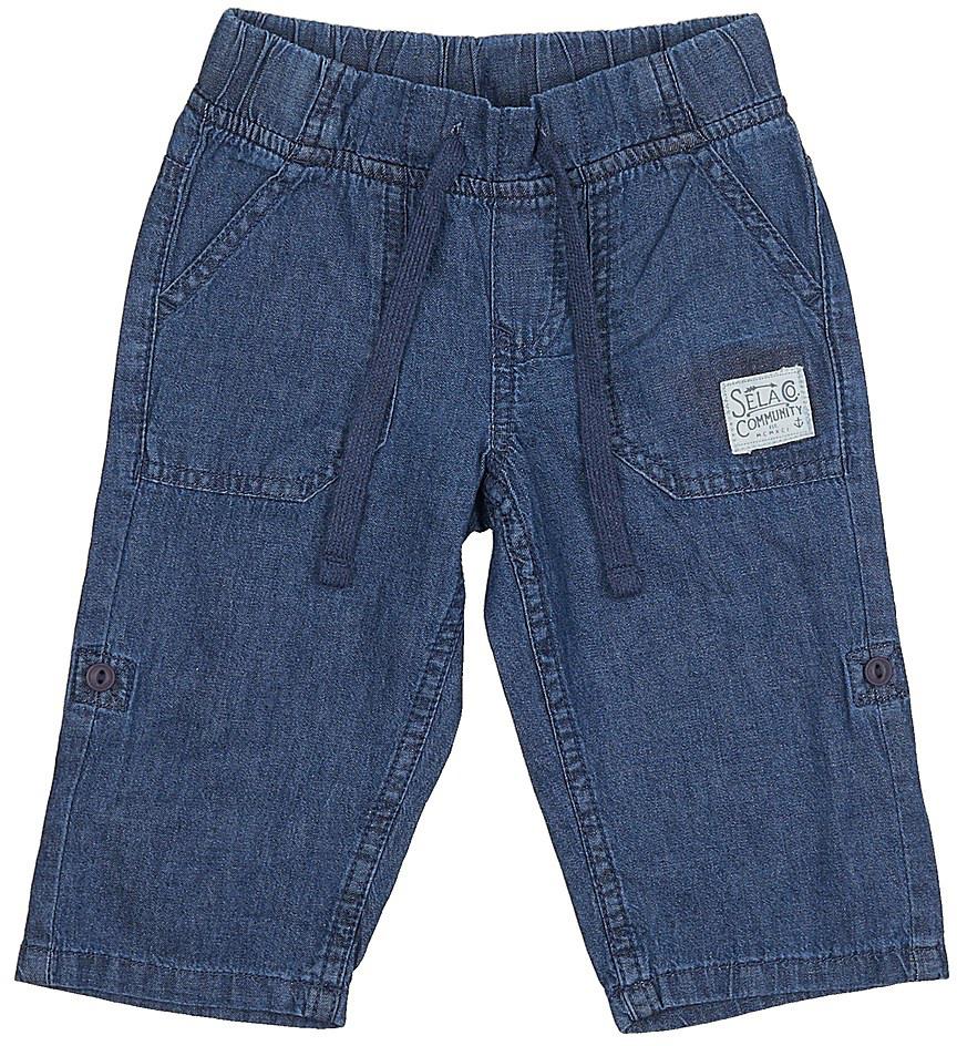 Бриджи/каприPsj-735/099-7213Стильные джинсовые бриджи для мальчика Sela выполнены из натурального хлопка. Бриджи свободного кроя и стандартной посадки на талии имеют широкий пояс на мягкой резинке, дополнительно регулируемый шнурком. Спереди модель дополнена двумя накладными карманами. Бриджи можно подвернуть и зафиксировать при помощи хлястиков на пуговицах.