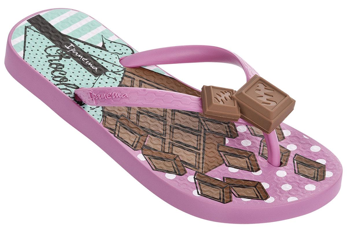 Сланцы82028-21192Прелестные сланцы от Ipanema очаруют вашу девочку с первого взгляда. Модель полностью выполнена из поливинилхлорида и оформлена на ремешке названием бренда, и декоративным элементом в виде вишенки. Верхняя поверхность подошвы дополнена очаровательным рисунком. Ремешки с перемычкой гарантируют надежную фиксацию модели на ноге. Рифление на верхней поверхности подошвы предотвращает выскальзывание ноги. Рельефное основание подошвы обеспечивает уверенное сцепление с любой поверхностью. Удобные сланцы прекрасно подойдут для похода в бассейн или на пляж.