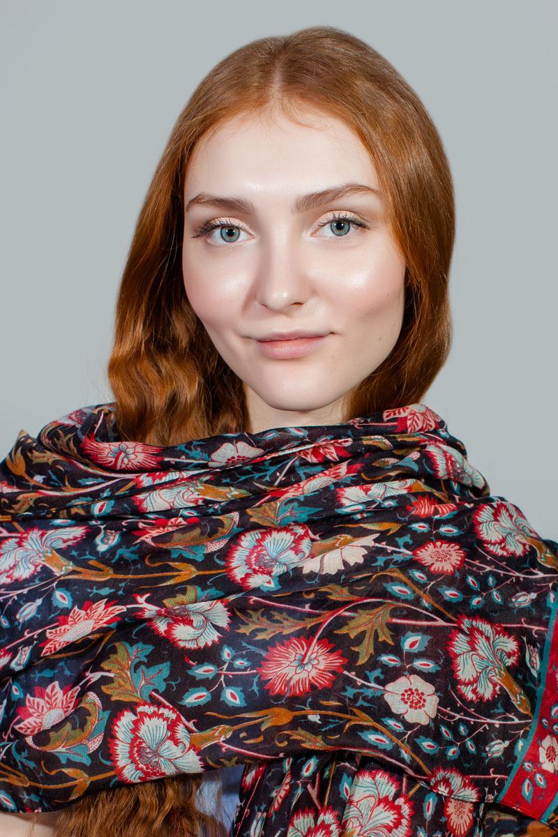 ПалантинBT-11701-5Яркий палантин Sophie Ramage изготовлен из модала и шелка. Модель оформлена оригинальным принтом. Изделия Sophie Ramage приятные на ощупь и подойдут к любому стилю.