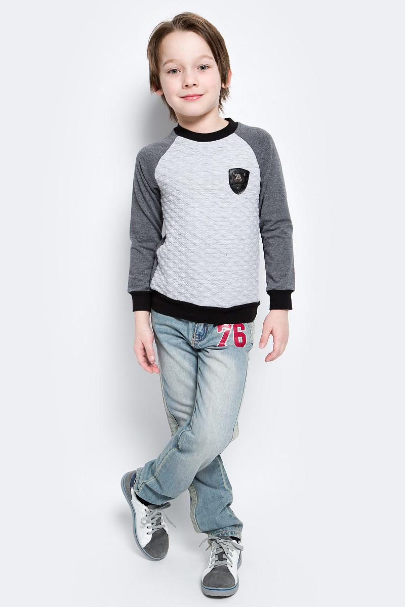 СвитшотWJK16013M-82Стильный свитшот для мальчика M&D, выполненный из хлопка с добавлением полиэстера и лайкры, необычайно мягкий и приятный на ощупь, не сковывает движения и позволяет коже дышать. Свитшот с длинными рукавами-реглан и круглым вырезом горловины оформлен спереди рельефным принтом, на груди - декоративной нашивкой. Вырез горловины, манжеты рукавов и низ модели дополнены трикотажными резинками.
