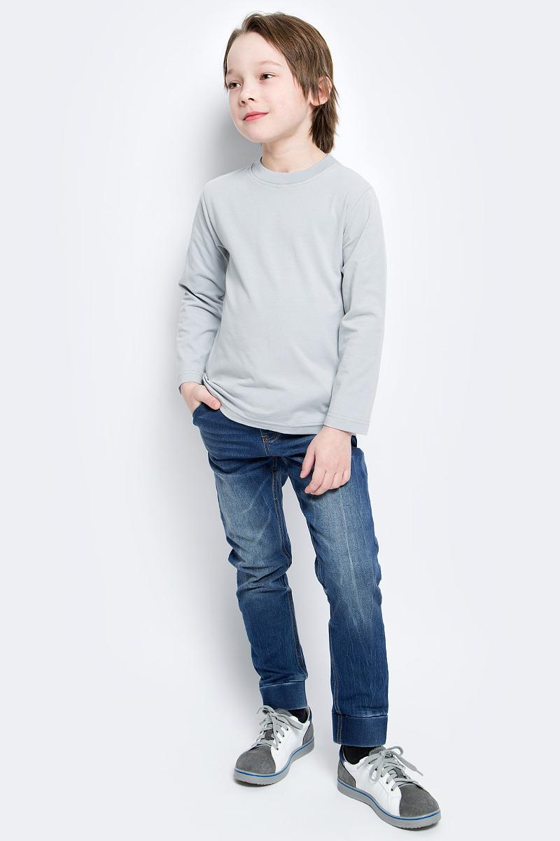 Лонгслив15946Лонгслив для мальчика КотМарКот с круглым вырезом горловины и длинными рукавами изготовлен из эластичного хлопка. Вырез горловины дополнен эластичной трикотажной резинкой.