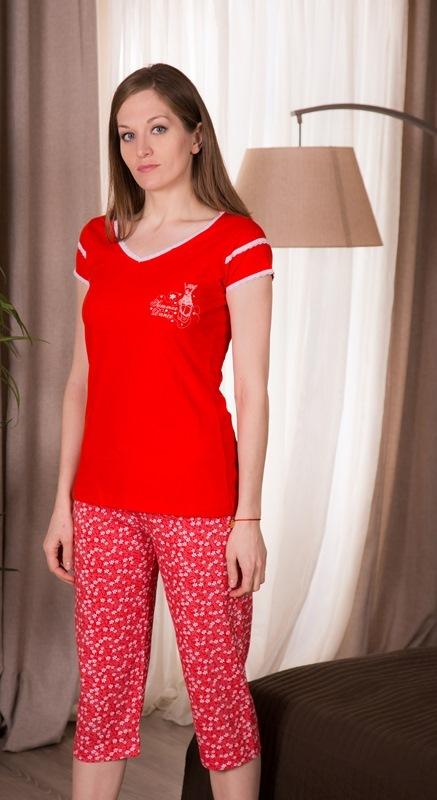 Домашний комплект408052 4668Женский домашний комплект Vienettas Secret включает футболку и капри. Комплект выполнен из 100% натурального хлопка. Футболка имеет V-образный вырез горловины и короткие рукава. Капри снабжены резинкой на талии. Футболка выполнена в однотонном дизайне, а капри дополнены цветочным принтом.