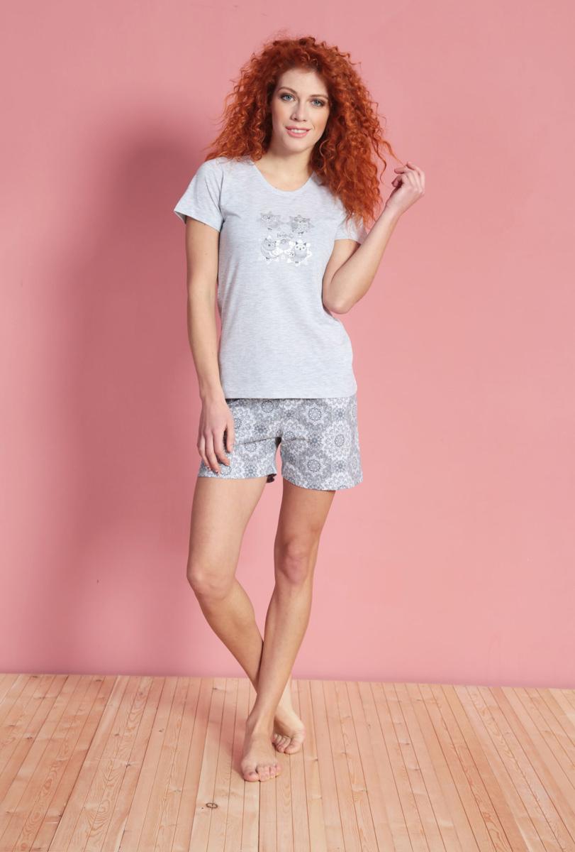 Домашний комплект610308 3008Женский домашний комплект Vienettas Secret включает футболку и шорты. Комплект выполнен из 100% натурального хлопка. Футболка имеет круглый вырез горловины и короткие рукава. Шорты снабжены резинкой на талии. Футболка выполнена в однотонном дизайне и дополнена изображением сов, а шорты оформлены оригинальным принтом.