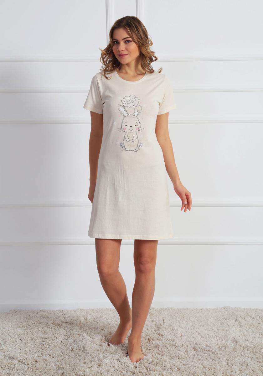 Платье домашнее610224 0000Женское домашнее платье Vienettas Secret выполнено из 100% натурального хлопка. Изделие имеет круглый вырез горловины, стандартные короткие рукава и длину мини. Модель прямого кроя не стесняет движений и комфортна для домашней носки. Платье выполнено в однотонном дизайне и дополнено забавным изображением зайчика.