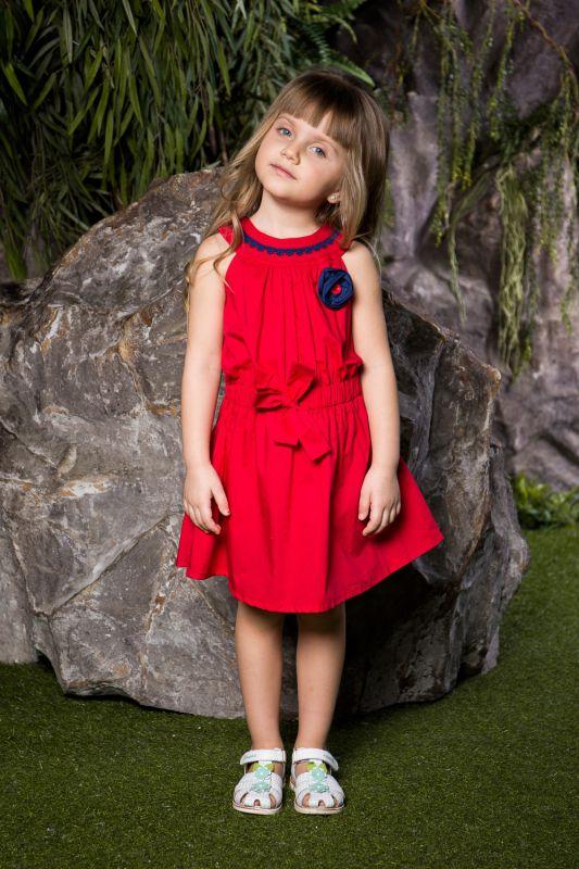 Платье714104Яркое платье для девочки Sweet Berry выполнено из натурального хлопка и оформлено объемным контрастным цветком и контрастным кружевом по горловине. Модель приталенного кроя с расклешенной юбкой застегивается на пуговицы на спине. Талия присборена вшитым поясом на резинке, декорированным бантом.