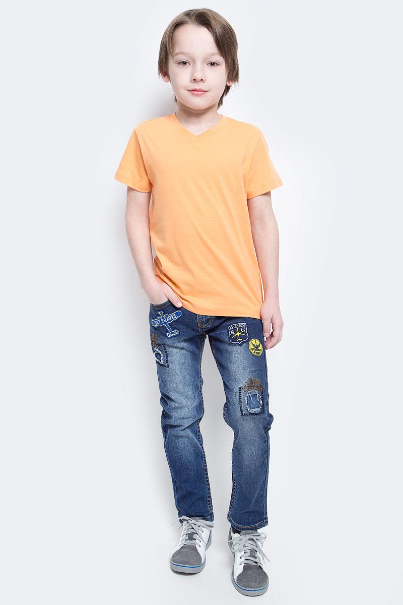 ДжинсыPJ-835/341-7112Стильные джинсы для мальчика Sela выполнены из качественного эластичного хлопка с эффектом потертостей. Джинсы зауженного кроя и стандартной посадки на талии застегиваются на пуговицу и имеют ширинку на застежке-молнии. На поясе имеются шлевки для ремня. Модель представляет собой классическую пятикарманку: два втачных и один маленький накладной кармашек спереди и два накладных кармана сзади. Джинсы оформлены яркими нашивками и декоративными заплатками.