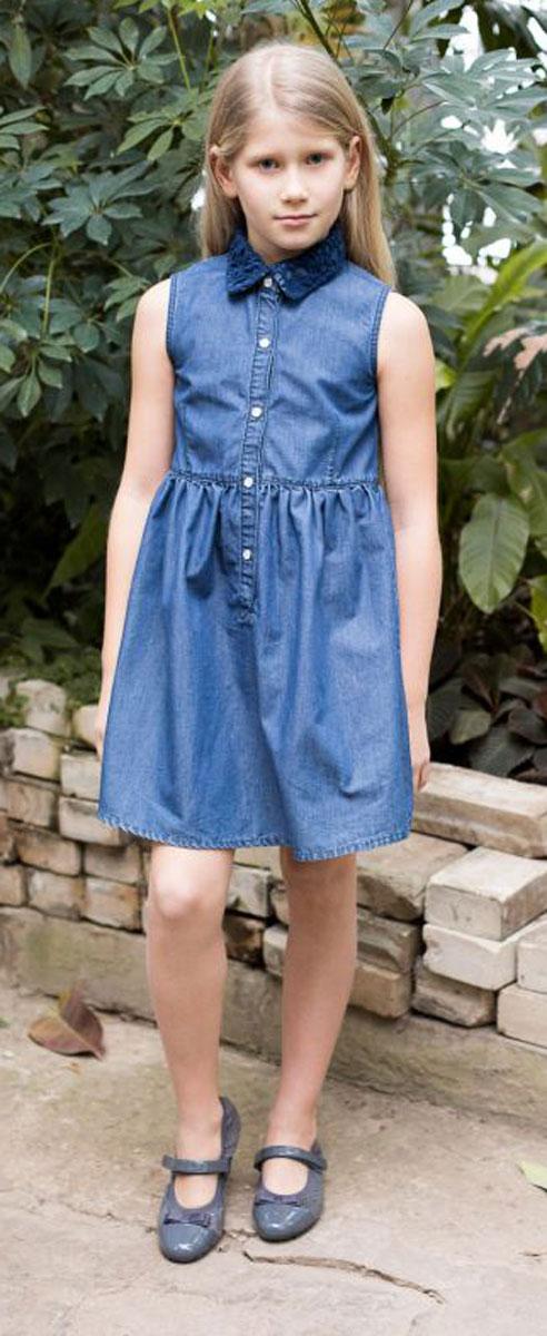 Платье718058Платье приталенного кроя из тонкого хлопка под джинсу с отлаженным воротничком, декорированным кружевным плетением. Застегивается на кнопки.
