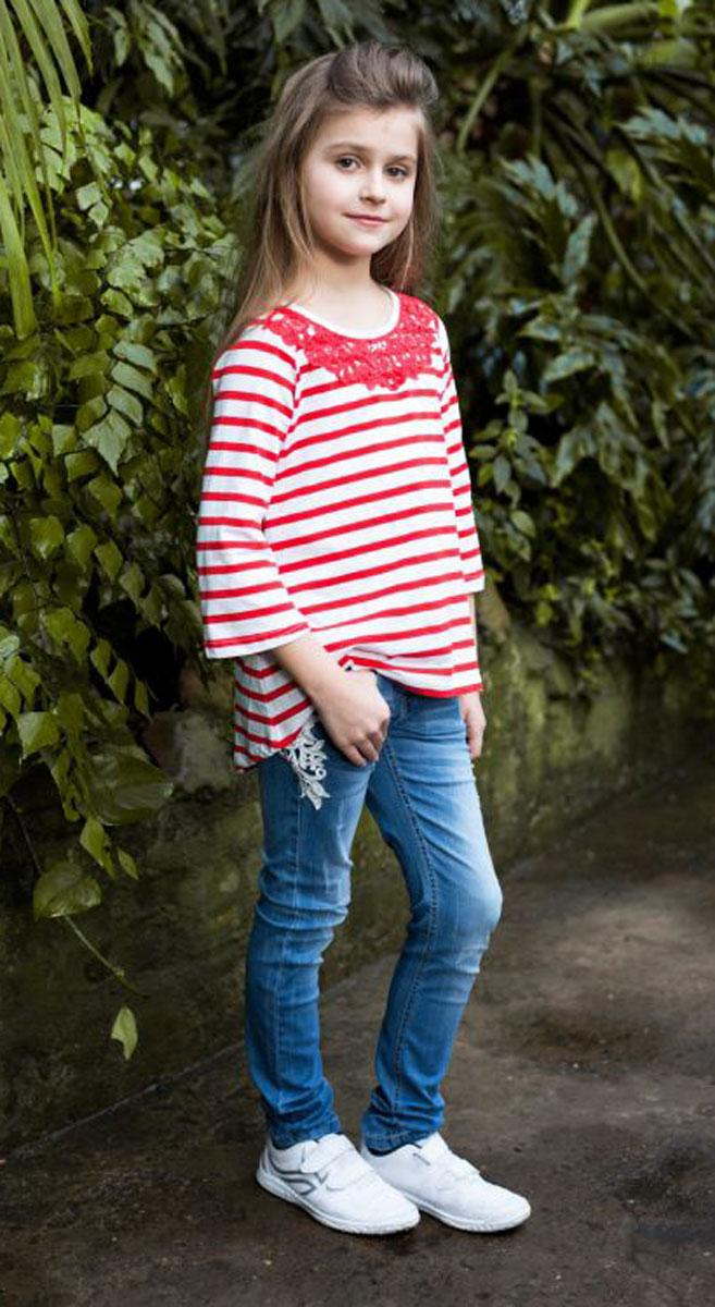 Футболка718096Стильная футболка из трикотажной ткани в полоску для девочки, с рукавом 3/4 и удлиненной спинкой. Декорирована кружевным плетением.