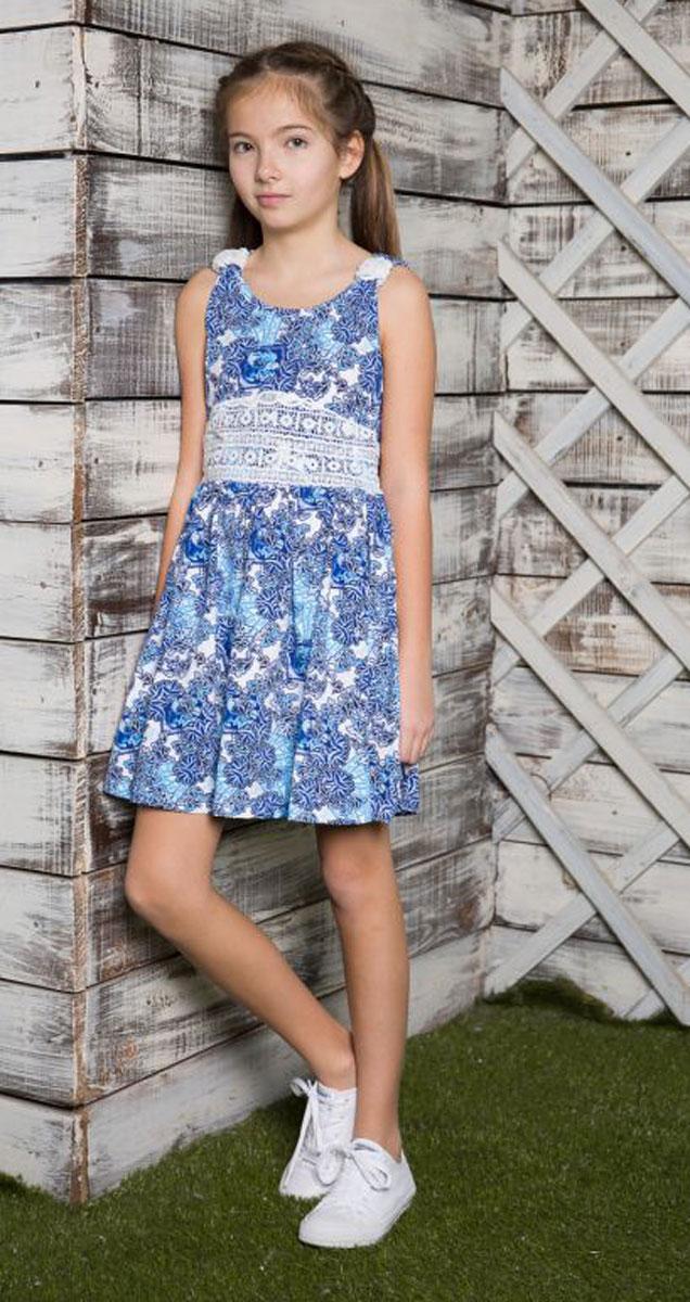 Платье718055Трикотажное платье приталенного кроя из принтованной ткани. Пояс платья декорирован контрастным кружевным плетением.