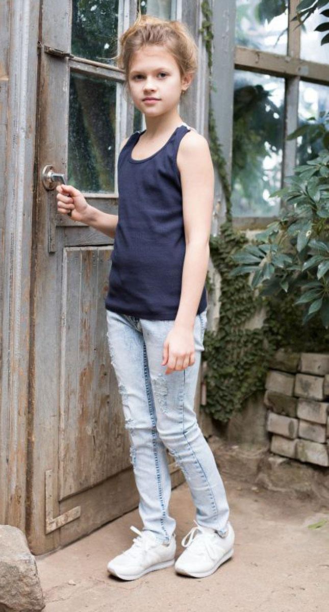 Джинсы718037Джинсы для девочки с оригинальной варкой, эффектами потертости и рваной джинсы имеют зауженный крой, среднюю посадку. Застегиваются на молнию и пуговицу. Шлевки на поясе рассчитаны под ремень. В боковой части пояса находятся вшитые эластичные ленты, регулирующие посадку по талии.