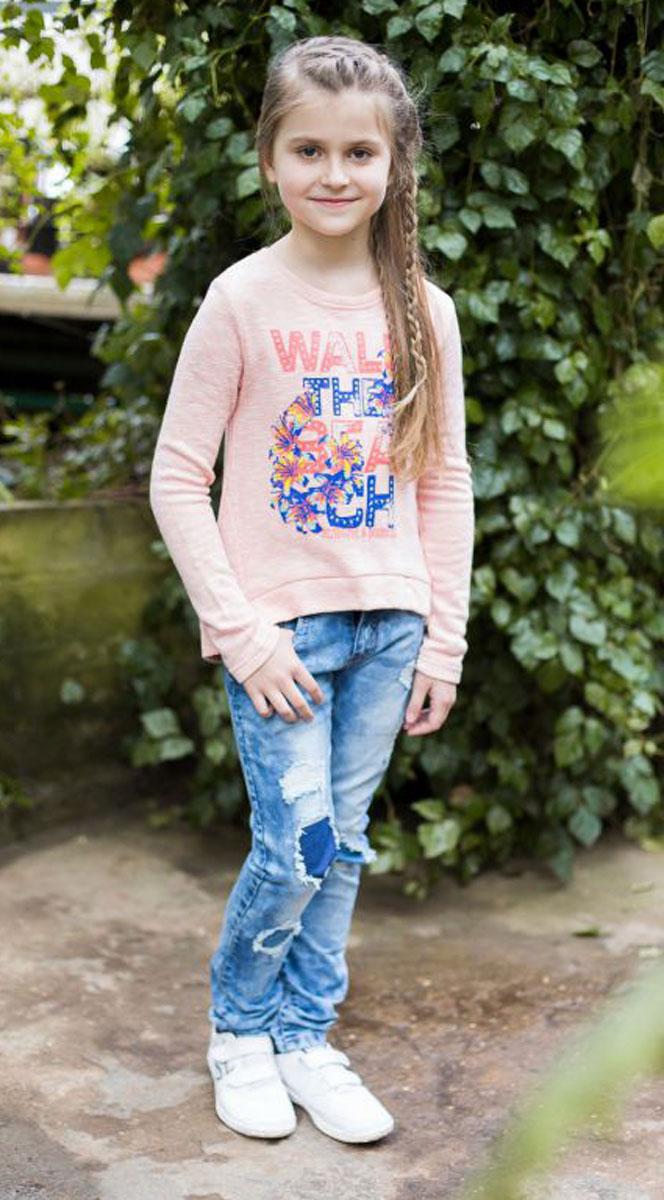 Джинсы718025Джинсы для девочки с оригинальной варкой, эффектами потертости и рваной джинсы имеют зауженный крой, среднюю посадку. Застегиваются на молнию и пуговицу. Шлевки на поясе рассчитаны под ремень.