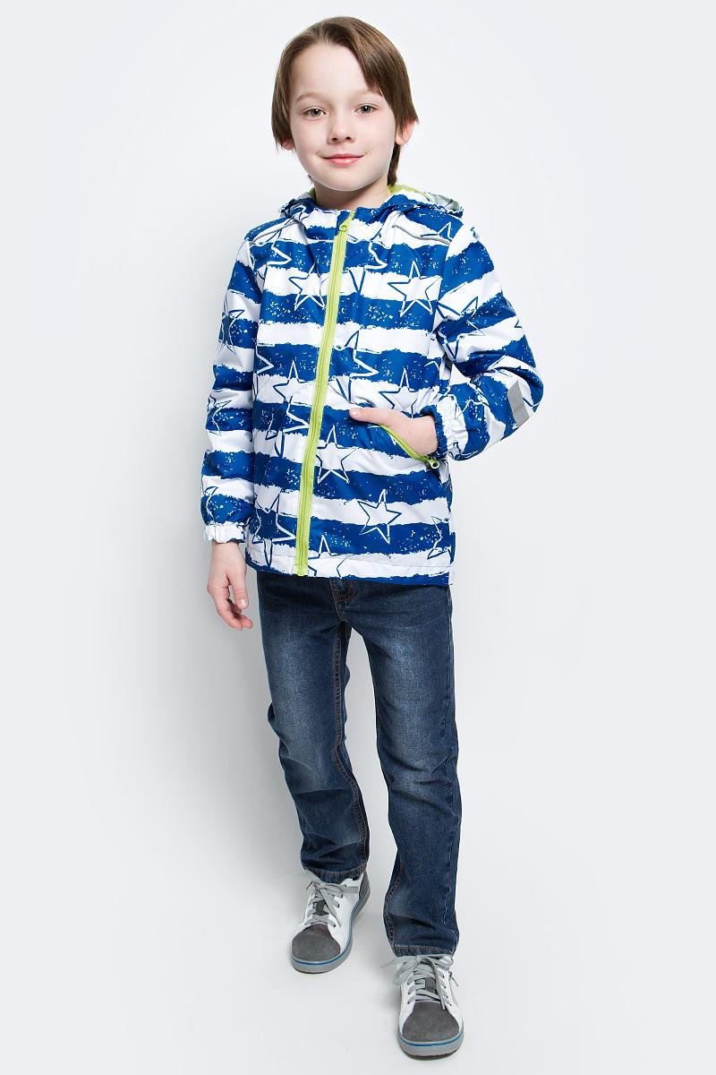 Ветровка3К1720Легкая весенняя ветровка Эрих от Jicco By Oldos из принтованной курточной ткани станет украшением весеннего гардероба. Такая курточка идеально подойдет на ветреную погоду с температурой +10…+20°С, она защитит от легкого весеннего дождя и переменчивого ветра. Модель застегивается на молнию. Внутренняя ветрозащитная планка снабжена защитой подбородка от прищемления. Модель имеет флисовую подкладку на груди, спинке и в капюшоне. Капюшон не отстегивается, для лучшего прилегания по бокам вшита резинка. Манжеты рукавов на резинке, низ куртки снабжен регулируемой утяжкой. Светоотражающие элементы для безопасной прогулки в темное время суток. С лицевой стороны расположены карманы на молнии. Ветровка декорирована принтом в виде звезд и полосок.