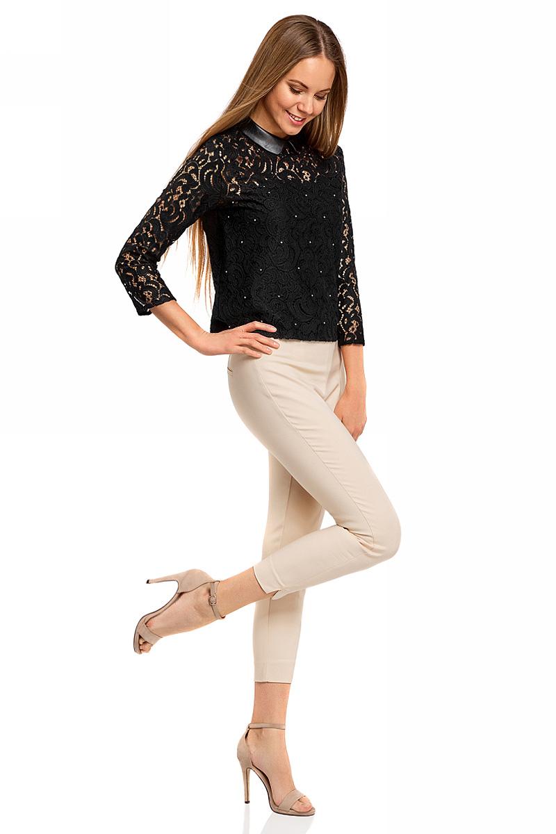 Блузка21411092/43582/2900NБлузка женская oodji Collection выполнена из высококачественного материала. Модель с отложным кожаным воротником сзади застегивается на застежку-молнию и крючок. Блузка украшена стразами.