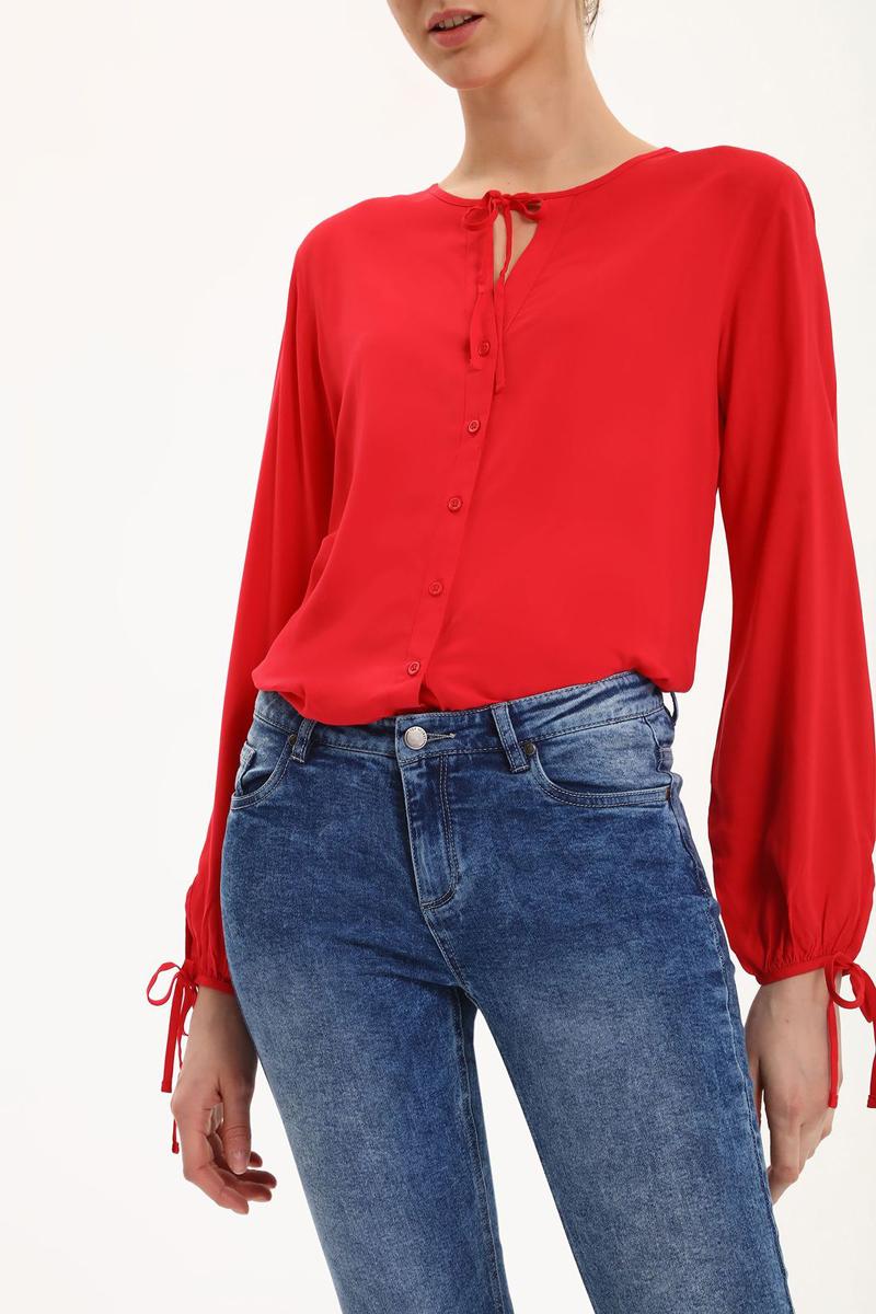 БлузкаSBD0665CEБлузка женская Top Secret выполнена из вискозы. Модель с круглым воротником и длинными рукавами застегивается на пуговицы и завязки.