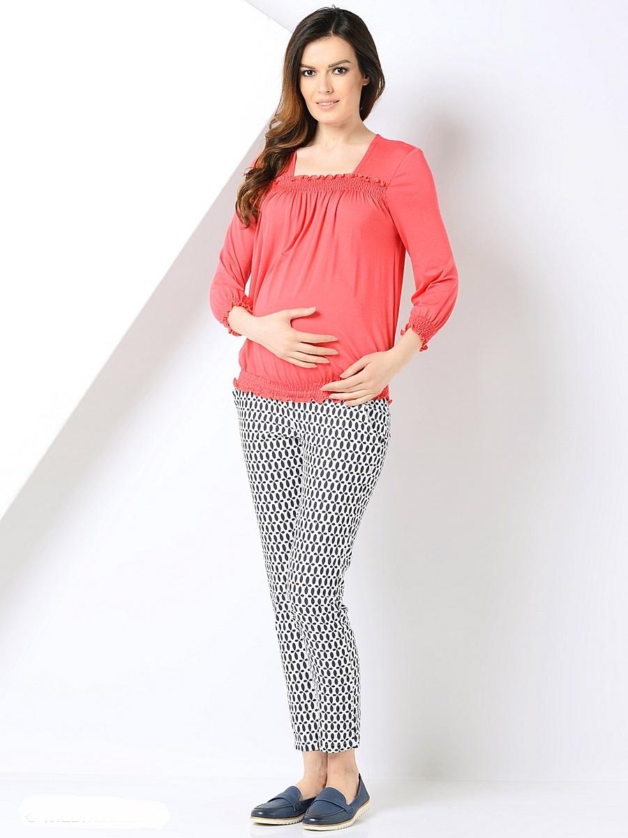 Блузка200298Женственная блузка для беременных, из приятной к телу трикотажной ткани. Основания блузки присобраны на ряд резиночек, образующие красивые складочки от горловины каре, и объем для растущего животика во время беременности. После рождения малыша такой фасон с легкостью скроет временные несовершенства фигуры. В такой блузке образ всегда выглядит безупречно, женственно и современно.