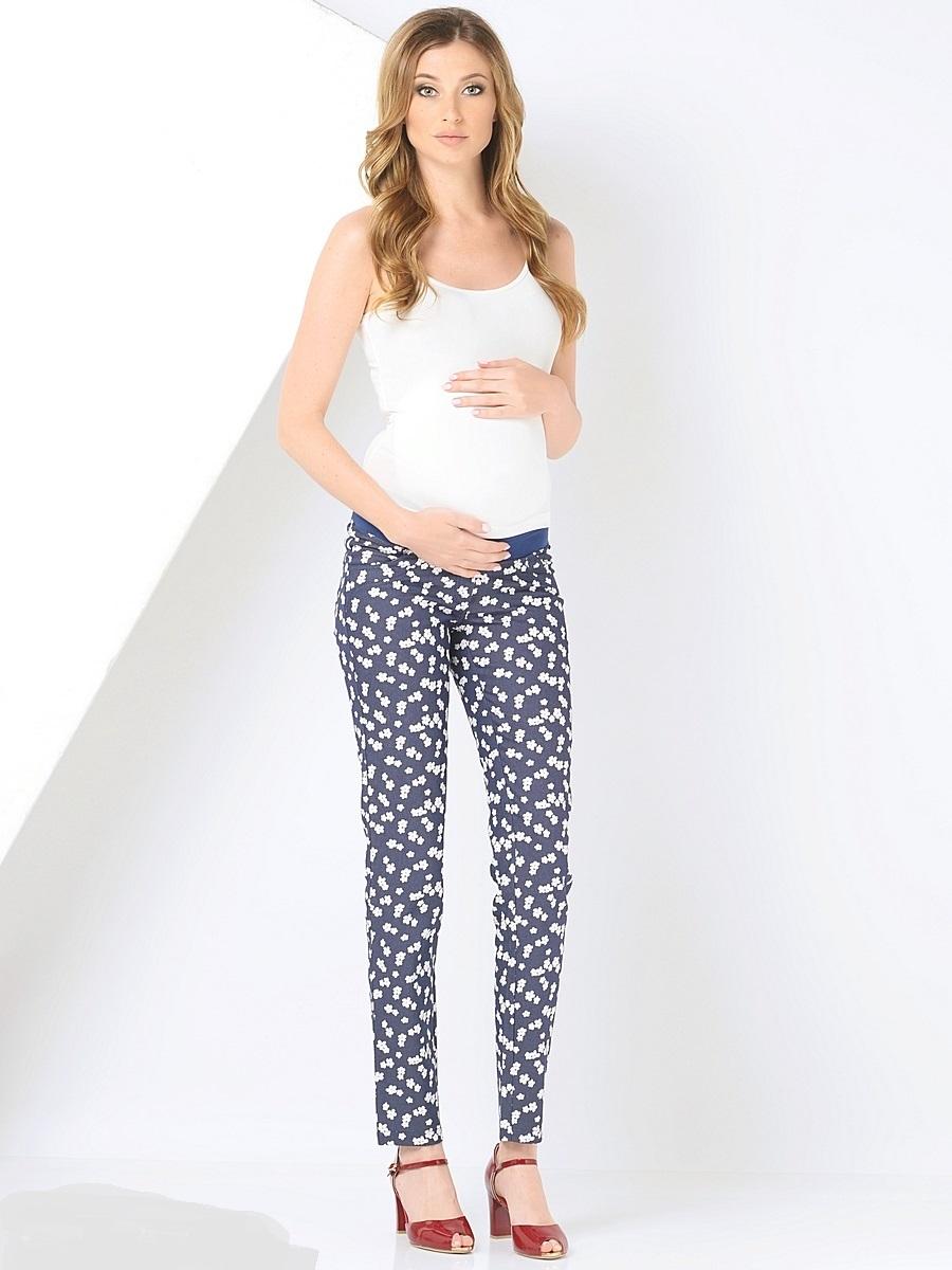 Брюки101195Стильные брюки для беременных, облегающего силуэта, выполненные из принтованного, материала приятного к телу. Брюки с мягкой резиночкой в трикотажном поясе, который фиксируется под животиком и деликатно поддерживает его не сдавливая. Сзади имеются два накладных кармана, спереди брюки дополнены декоративной от строчкой. Благодаря отличной посадке и продуманному дизайну брюки комфортно носить как в период беременности так и после нее.