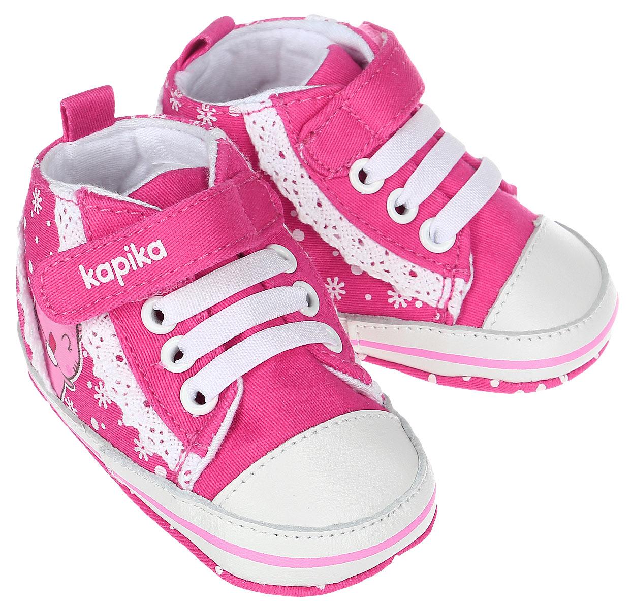 Пинетки10120Стильные и модные пинетки для девочки Kapika великолепно дополнят наряд маленькой модницы. В них ваша малышка будет чувствовать себя комфортно и непринужденно. Пинетки выполнены из хлопка, оформленного принтом, с элементами из натуральной кожи. Модель на шнуровке, дополнена застежкой-липучкой, что надежно фиксирует пинетки на ножке ребенка и позволяет регулировать их объем. Пинетки декорированы кружевными оборками. Милые, нежные и удобные детские пинетки станут любимой обувью маленькой принцессы.