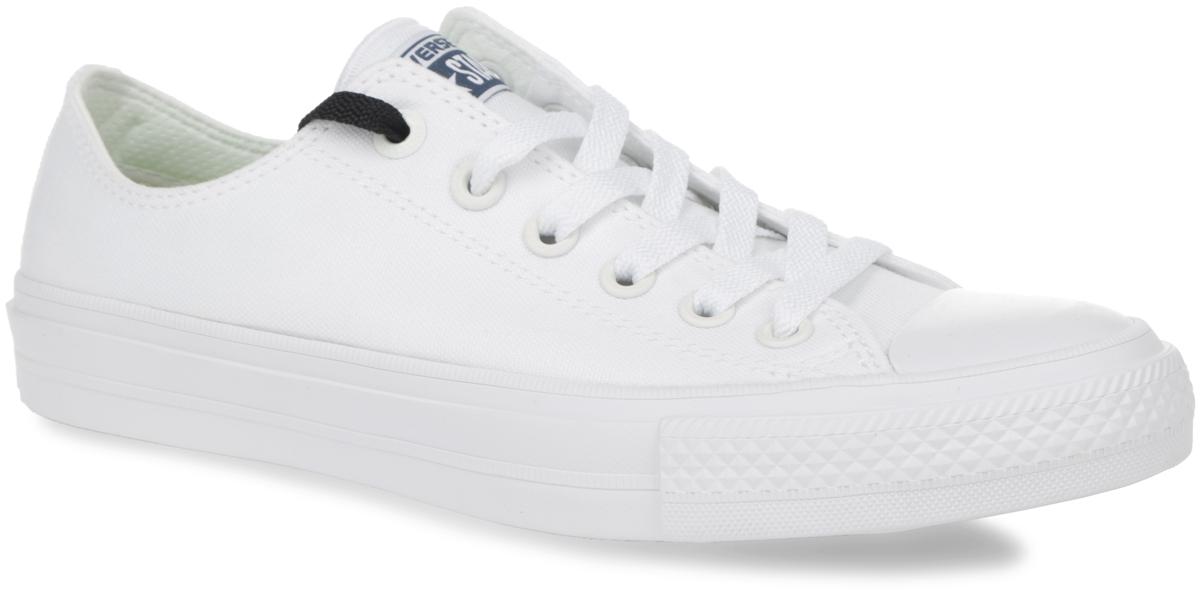 Кеды150154Модные кеды Chuck Taylor All Star II OX от Converse займут достойное место среди вашей коллекции спортивной обуви. Модель выполнена из прочного текстиля и оформлена на язычке фирменной текстильной нашивкой, на подошве сзади - прорезиненной накладкой, на одной из боковых сторон - люверсами. Мыс изделия дополнен классической для кед прорезиненной вставкой. Шнуровка обеспечивает надежную фиксацию обуви на ноге. Инновационная стелька Lunarlon меняет свою форму в зависимости от давления, наклона и индивидуальных особенностей ступни, а также подстраивается под каждое движение. Она не только смягчает контакт с поверхностью, но и при каждом шаге гарантированно возвращает часть затраченной энергии. Гибкая резиновая подошва с рифлением гарантирует идеальное сцепление с любыми поверхностями. В таких кедах вашим ногам будет комфортно и уютно.