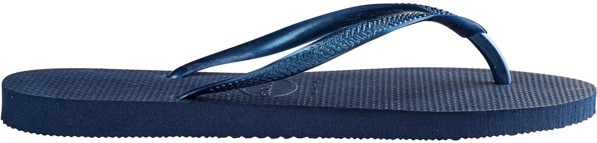Сланцы4000030-0001Модные сланцы Slim от Havaianas придутся вам по душе. Верх модели, выполненный из резины, оформлен рельефным орнаментом и названием бренда. Ремешки с перемычкой гарантируют надежную фиксацию модели на ноге. Подошва выполнена из материала ЭВА. Рифление на верхней поверхности подошвы предотвращает выскальзывание ноги. Рельефное основание подошвы обеспечивает уверенное сцепление с любой поверхностью. Удобные сланцы прекрасно подойдут для похода в бассейн или на пляж.