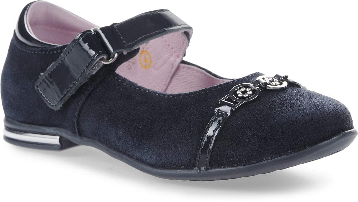 Туфли532124-22Модные туфли для девочки от Котофей, выполненные из натуральной кожи с бархатистой поверхностью, дополнены вставками из лакированной кожи. Мыс модели украшен металлическим элементом со стразами. Лакированный ремешок с застежкой-липучкой надежно зафиксирует модель на ноге. Внутренняя поверхность из натуральной кожи не натирает. Стелька из материала ЭВА с поверхностью натуральной кожи обеспечит комфорт при движении. Подошва и невысокий каблук дополнены рифлением.
