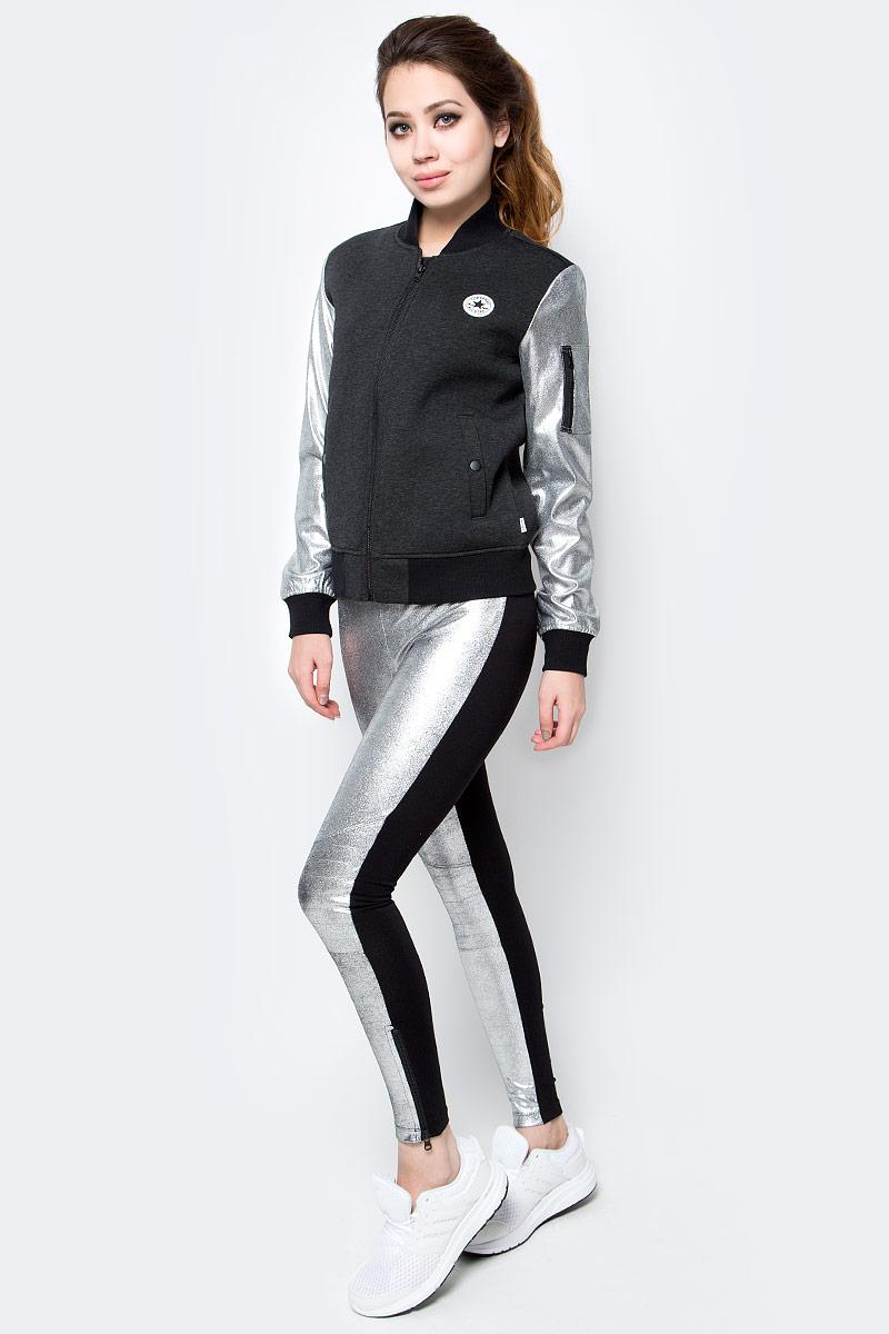 Куртка10003352001Женская куртка Converse изготовлена из качественной смесовой ткани. Модель с длинными рукавами и воротничком-стойкой застегивается на молнию. По бокам расположены врезные карманы на кнопках, низ куртки и манжеты рукавов дополнены резинками. Рукава контрастного цвета, на одном имеется карман на застежке-молнии.