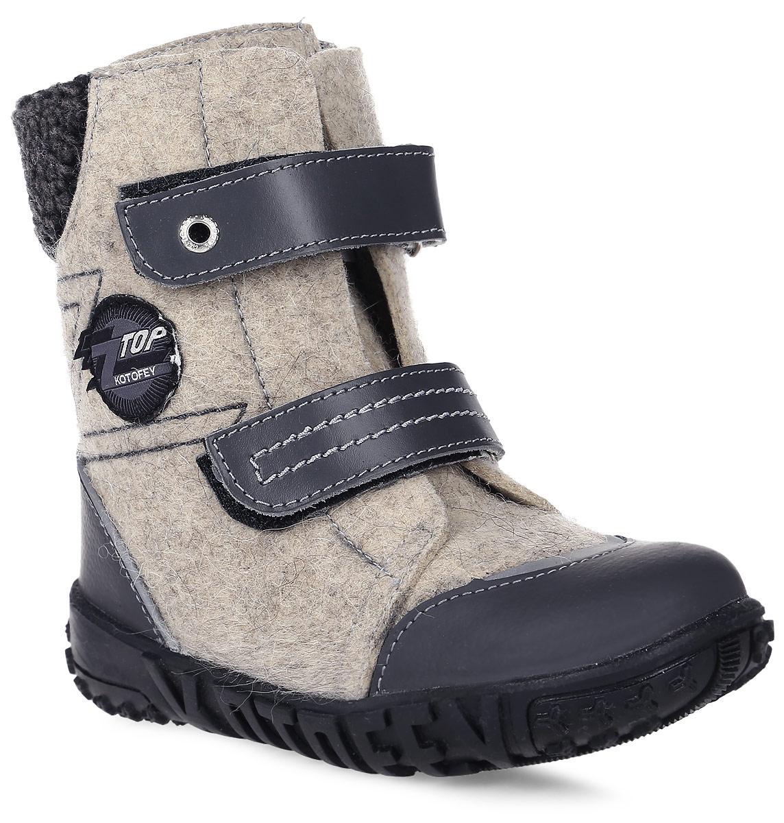 Валенки457001-41Валенки для мальчика от Котофей выполнены из натурального войлока. Подкладка и стелька из шерстяного меха не дадут ногам замерзнуть. Мысок и задник защищены вставками из натуральной кожи с полиуретановым покрытием. Ремешки с застежками-липучками надежно зафиксируют модель на ноге. Подошва дополнена рифлением.