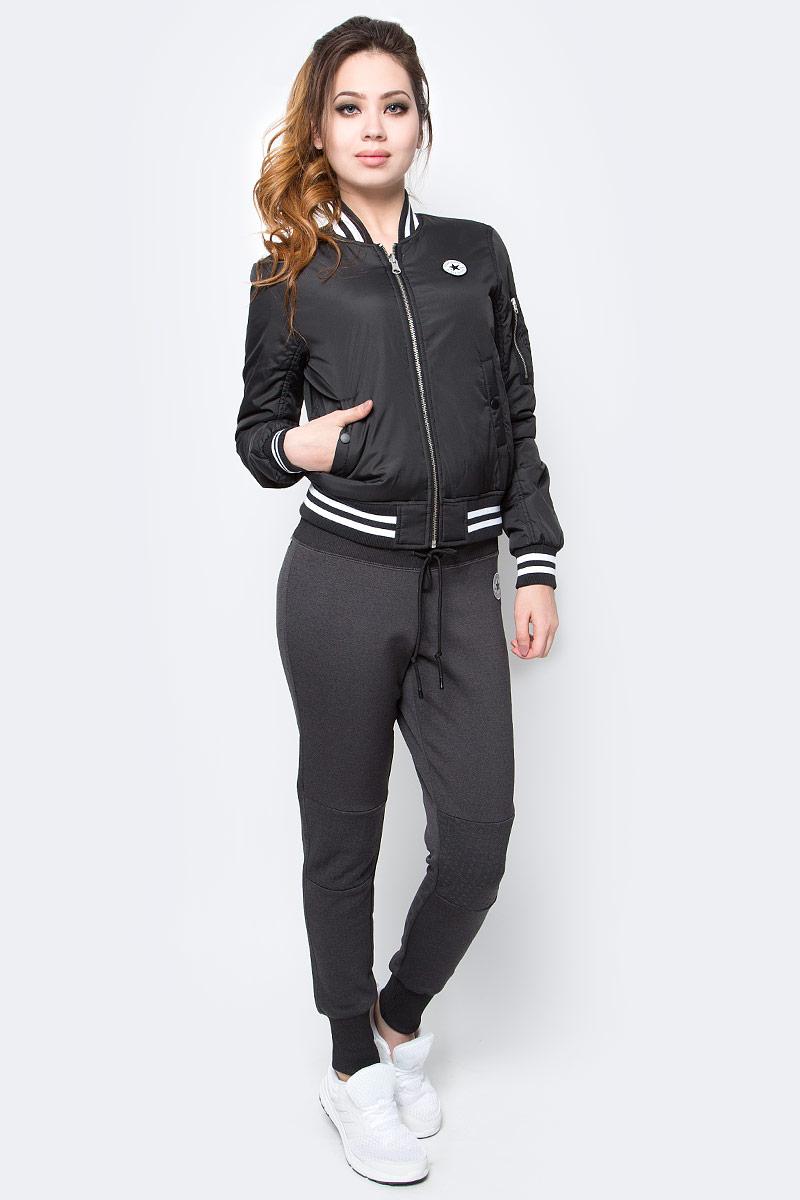 Куртка10003541001Женская куртка Converse изготовлена из качественного полиэстера. Модель с длинными рукавами и воротничком-стойкой застегивается на молнию. По бокам расположены карманы, низ куртки и рукава дополнены резинками.