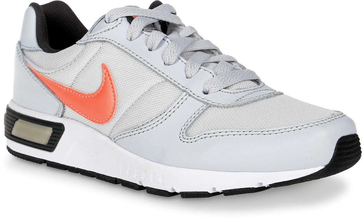 Кроссовки705478-001Стильные кроссовки Nightgazer (GS) от Nike придутся по душе вашей девочке. Модель, выполненная из текстиля, дополнена вставками из натуральной и искусственной кожи. По бокам изделие оформлено логотипом бренда, на язычке - фирменной нашивкой, на заднике - названием бренда. Классическая шнуровка надежно фиксирует модель на ноге. Подкладка из текстиля и стелька из EVA с текстильной поверхностью комфортны при движении. Резиновая подошва с протектором обеспечивает сцепление с любым покрытием. Стильные кроссовки займут достойное место в гардеробе вашей девочки.