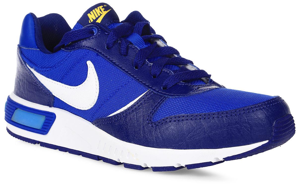 Кроссовки705477-401Стильные кроссовки Nightgazer (GS) от Nike придутся по душе вашему ребенку. Модель, выполненная из текстиля, дополнена вставками из натуральной и искусственной кожи. По бокам изделие оформлено логотипом бренда, на язычке - фирменной нашивкой, на заднике - названием бренда. Классическая шнуровка надежно фиксирует модель на ноге. Подкладка из текстиля и стелька из EVA с текстильной поверхностью комфортны при движении. Резиновая подошва с протектором обеспечивает сцепление с любым покрытием. Стильные кроссовки займут достойное место в гардеробе вашего ребенка.