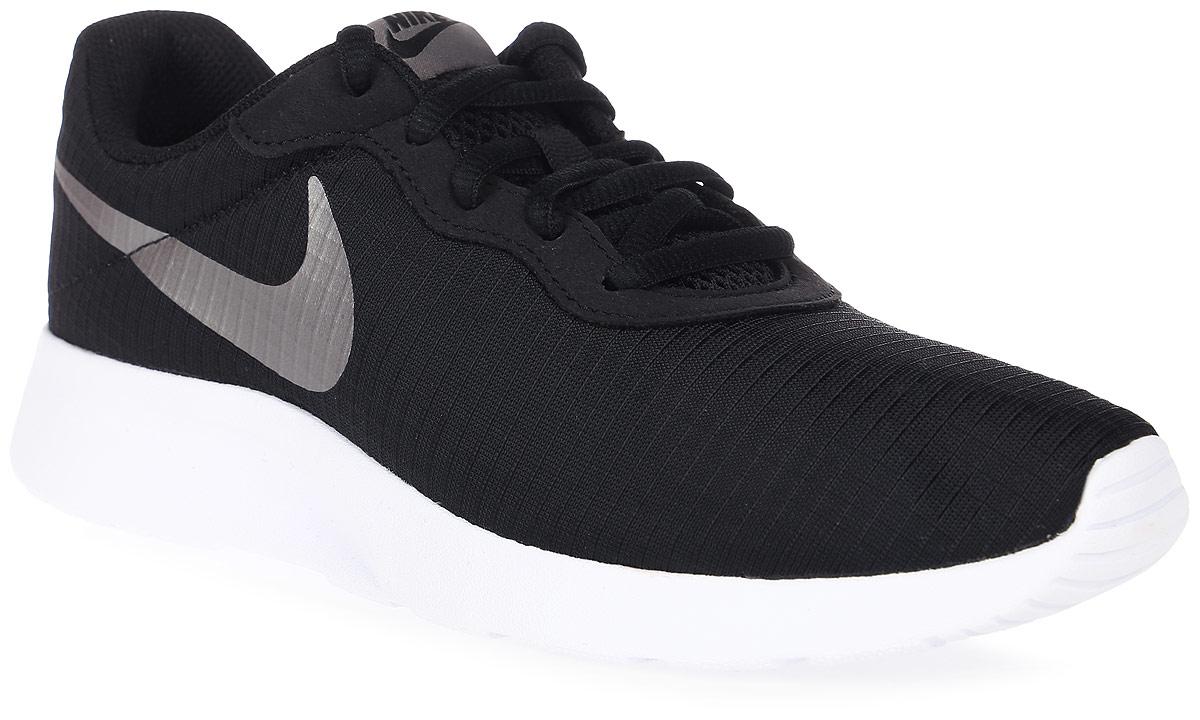 Кроссовки844908-002Женские кроссовки Tanjun Se от Nike выполнены из текстиля. Подкладка и стелька из текстиля комфортны при движении. Шнуровка надежно зафиксирует модель на ноге. Подошва дополнена рифлением.